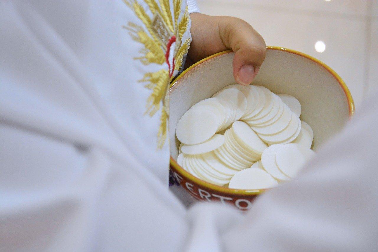 Księża przekładają terminy Pierwszych Komunii Świętych i bierzmowania - Zdjęcie główne