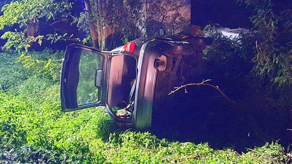 Z OSTATNIEJ CHWILI: Stracił panowanie nad pojazdem na łuku drogi [ZDJĘCIA] - Zdjęcie główne