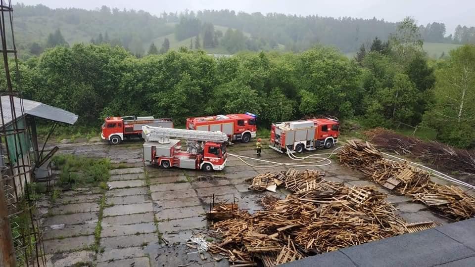 UHERCE MINERALNE. Gigantyczny pożar hali produkcyjnej [FOTO] - Zdjęcie główne