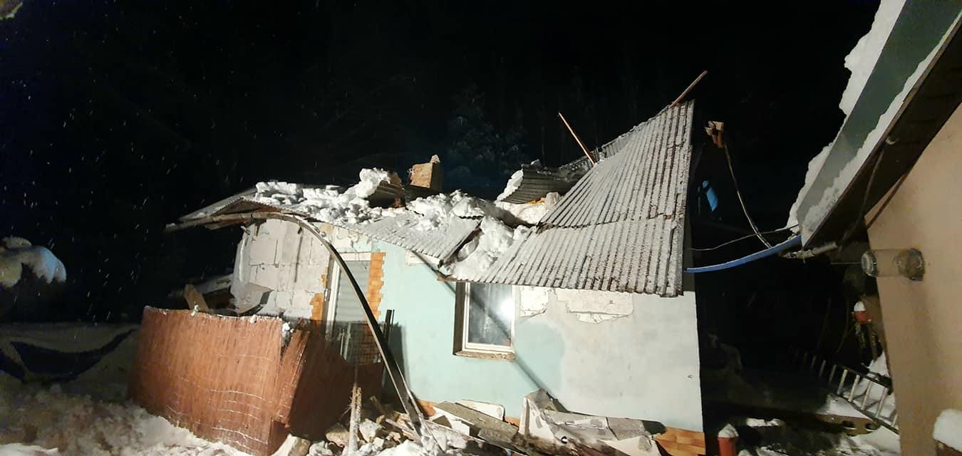 Runął dach domu mieszkalnego! Katastrofa zaskoczyła trzy osoby! - Zdjęcie główne