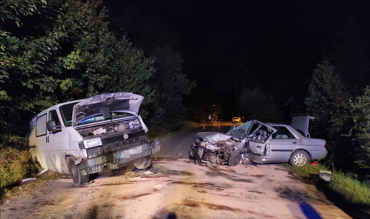 KRZYWE: Czołowe zderzenie osobówki z busem  - Zdjęcie główne