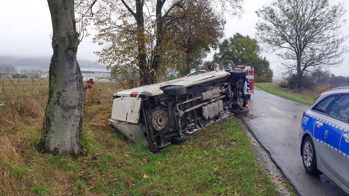 Z OSTATNIEJ CHWILI: Ciężarówka uderzyła w drzewo w Strachocinie [FOTO+VIDEO] - Zdjęcie główne