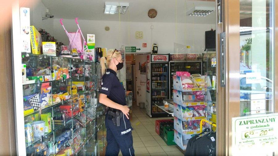 Ustrzyki Dolne. Policjanci sprawdzają, czy klienci noszą maseczki w sklepach - Zdjęcie główne