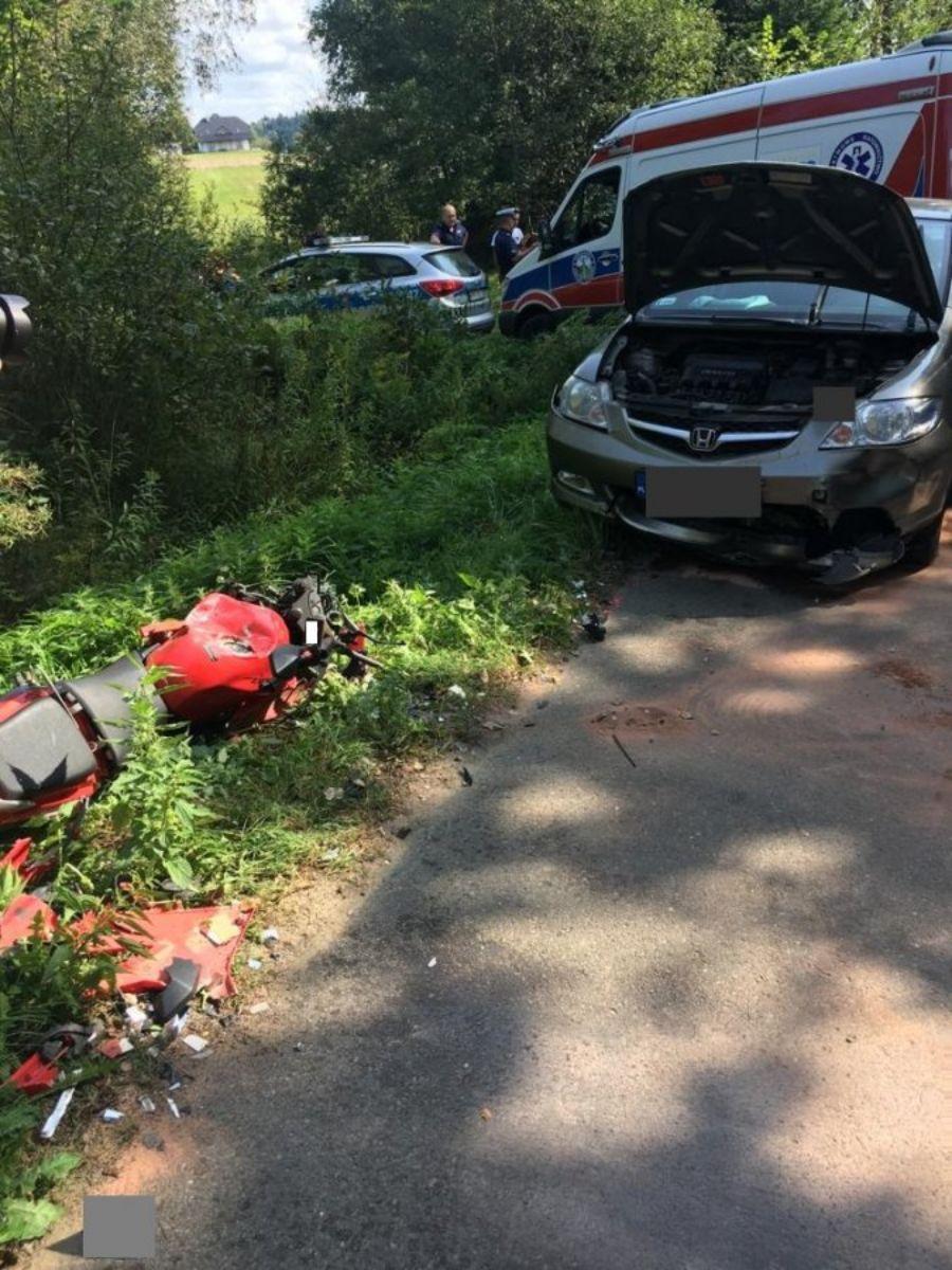 Wesoła: Motocyklista doprowadził do zderzenia z dwoma samochodami [FOTO] - Zdjęcie główne