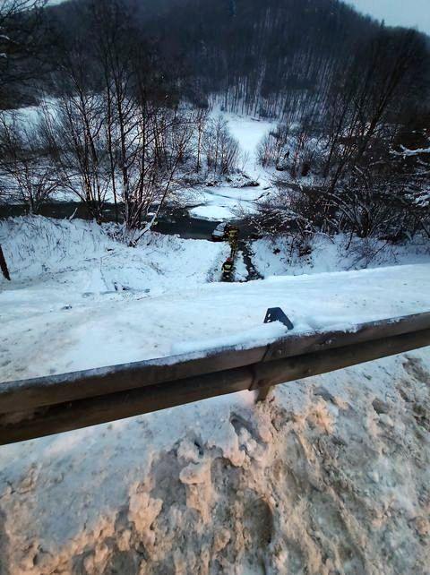 Samochód spadł z 7-metrowej skarpy! [FOTO] - Zdjęcie główne