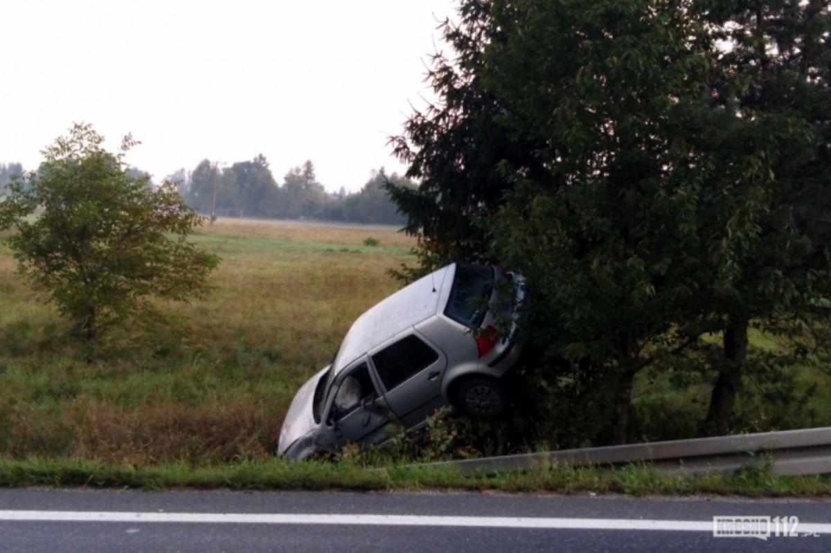 REGION: Stracił panowanie nad Golfem. Zatrzymał się na drzewie - Zdjęcie główne