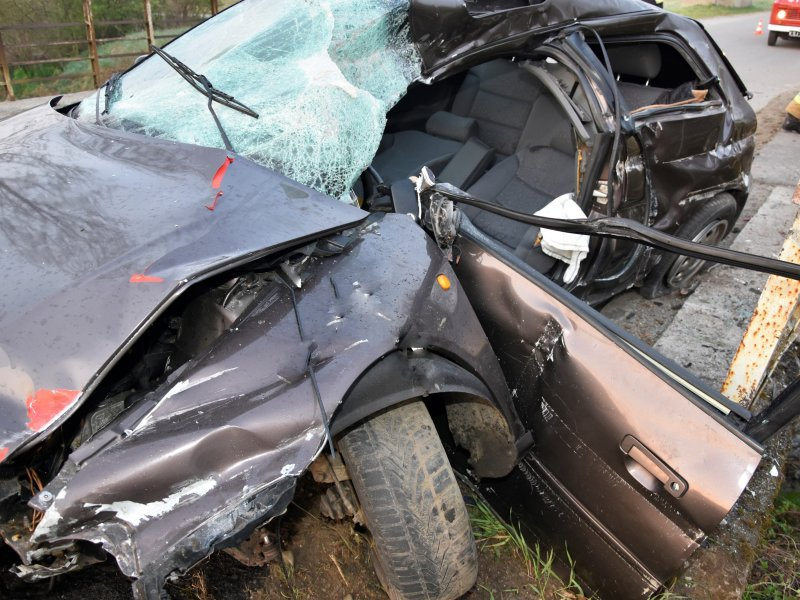 Pijany uderzył w barierki mostku. Samochód kompletnie zniszczony [FOTO] - Zdjęcie główne