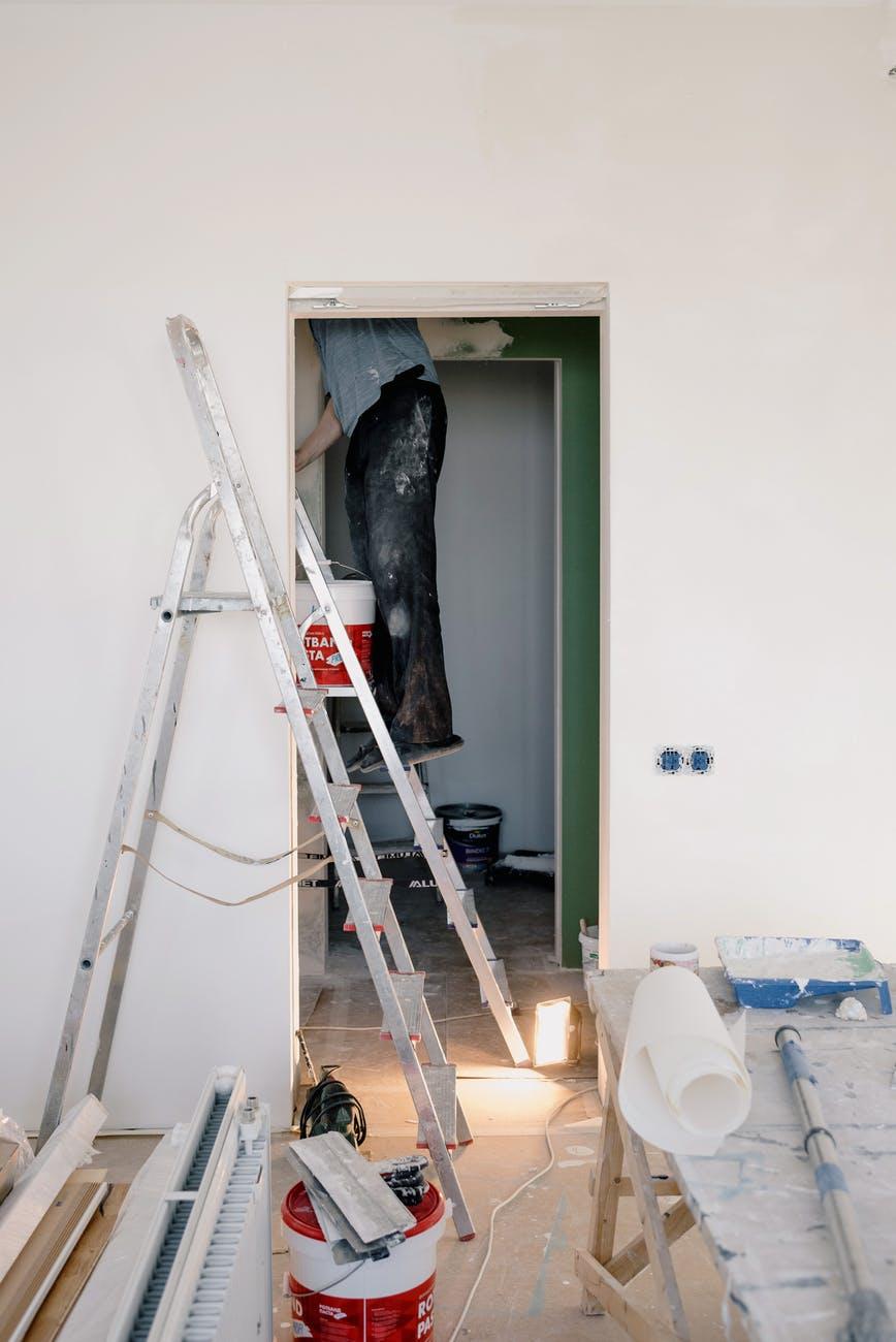 Zaczynasz remont lub planujesz malować? Sprawdź, jak bezpiecznie używać drabiny - Zdjęcie główne