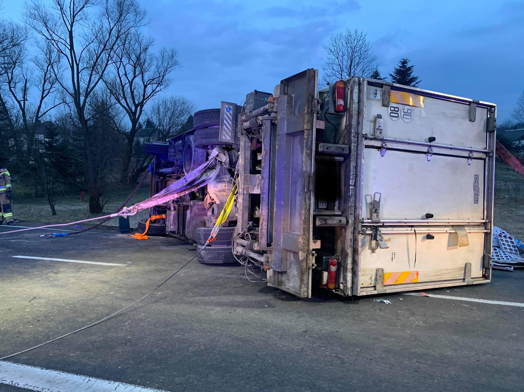 PISAROWCE: Ciężarówka przewróciła się w poprzek drogi. DK28 była zablokowana całkowicie! [ZDJĘCIA] - Zdjęcie główne