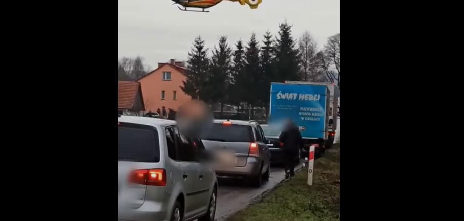 Wysiadł z samochodu i wyrzucił śmieci na pobocze [VIDEO] - Zdjęcie główne