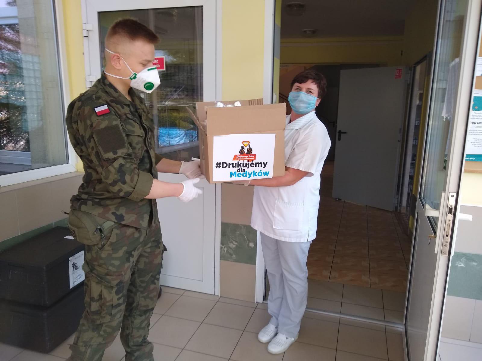 Terytorialsi rozwożą przyłbice dla personelu medycznego podkarpackich szpitali [FOTO] - Zdjęcie główne
