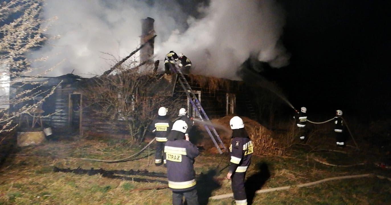 Z REGIONU. Pożar drewnianego domu. Strażacy nie wykluczają zaprószenia [FOTO] - Zdjęcie główne