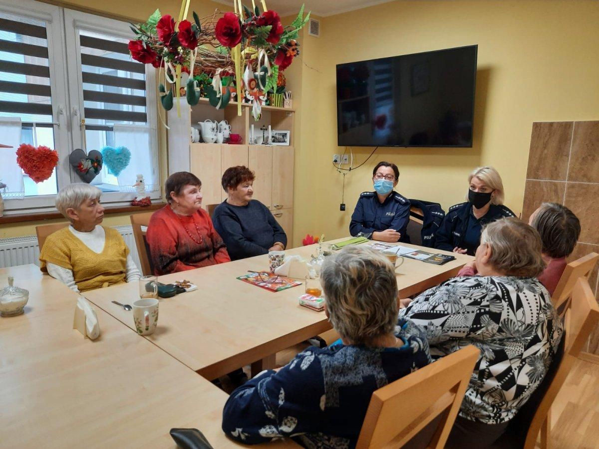 Świadomi seniorzy to bezpieczni seniorzy. Sanocka Policja edukowała starszych mieszkańców Zarszyna - Zdjęcie główne