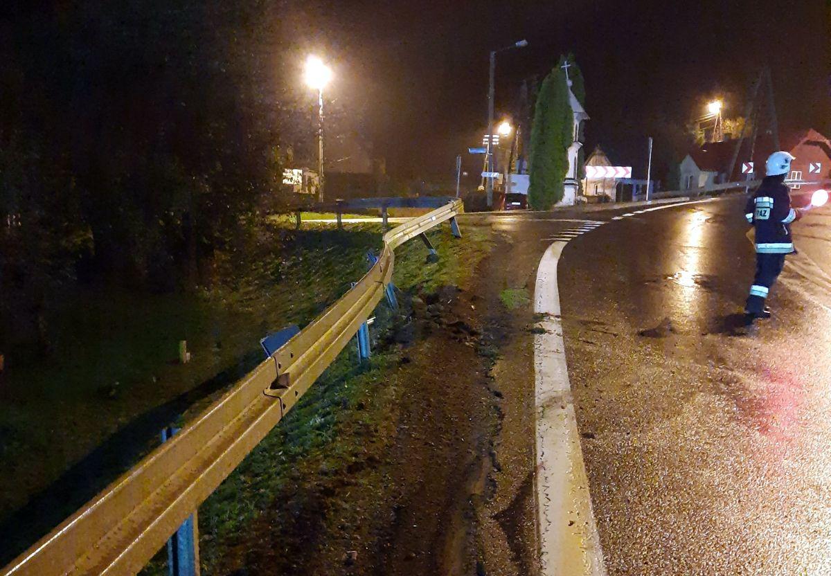 Zagórz: 19-latek wypadł z drogi i uderzył w barierę energochłonną [FOTO] - Zdjęcie główne