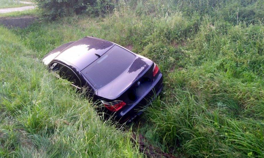 HUMNISKA: Pijany kierowca BMW zakończył jazdę w rowie [ZDJĘCIA] - Zdjęcie główne