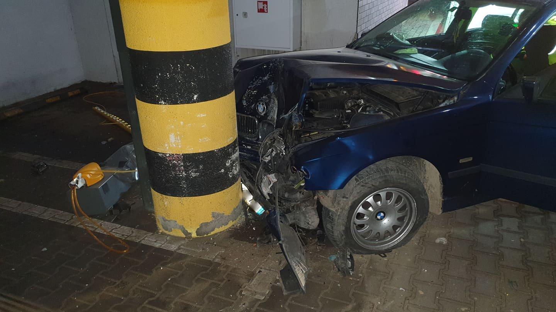 SANOK: Staranował szlaban i wjechał w słup dolnego parkingu galerii [ZDJĘCIA+WIDEO] - Zdjęcie główne