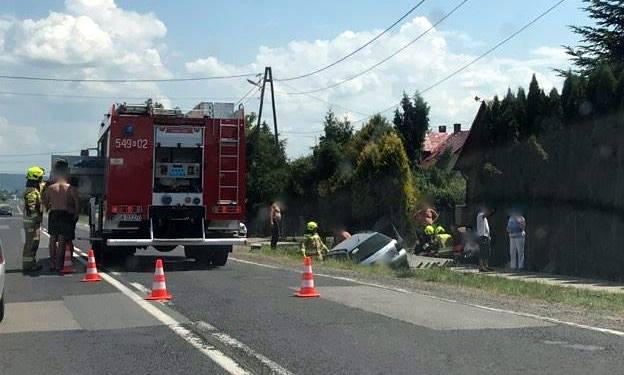 BESKO: Zjechał z drogi i uderzył w betonowy przepust [ZDJĘCIA] - Zdjęcie główne
