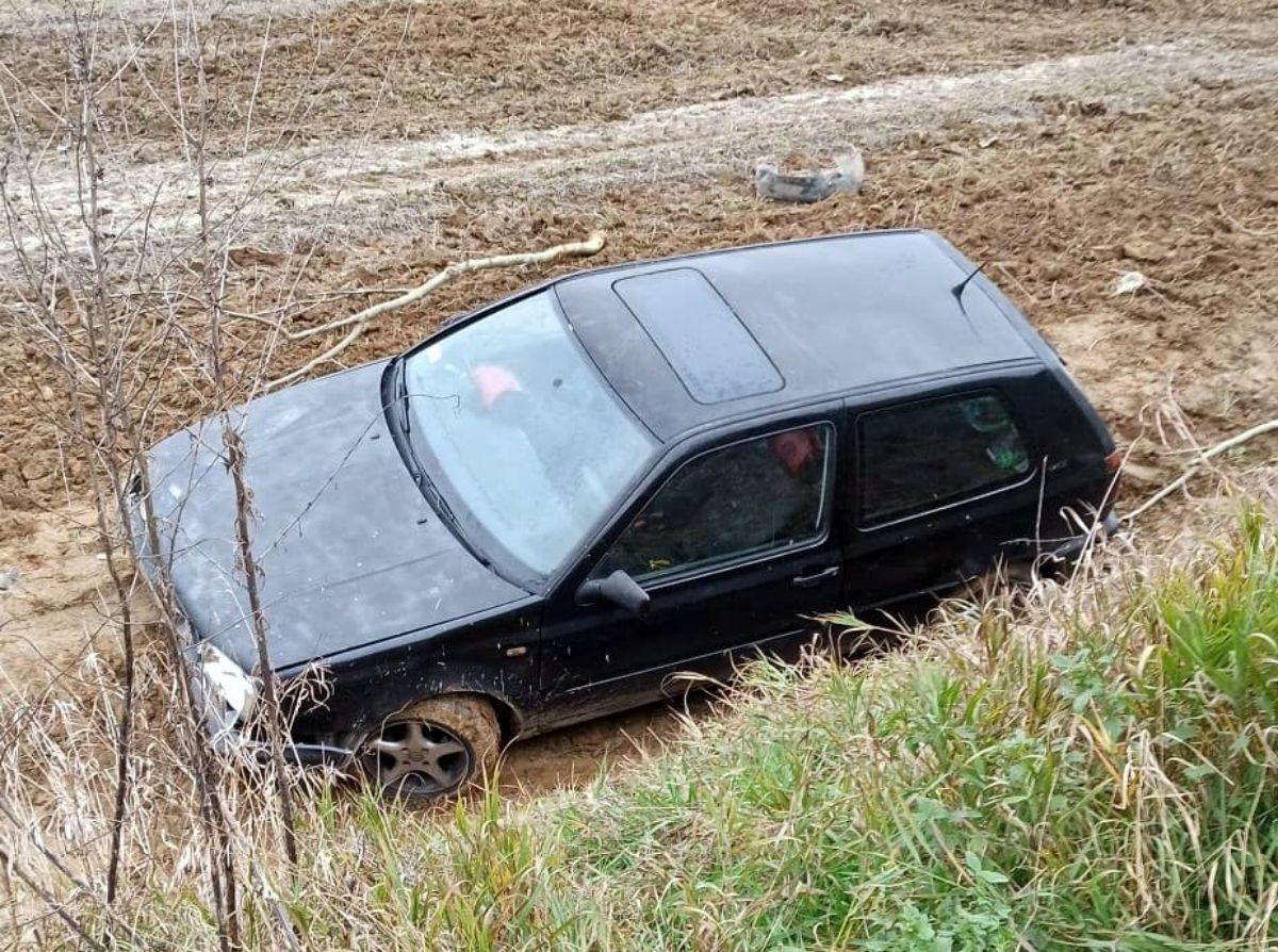 BRZOZÓW: Samochód osobowy w szczerym polu [FOTO] - Zdjęcie główne