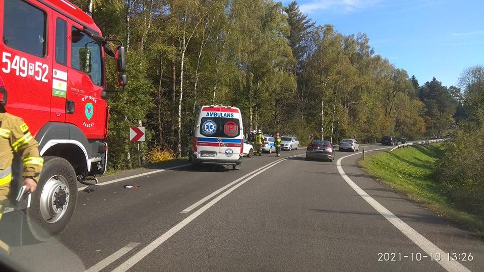UWAGA! Zderzenie motocykla z osobówką w Zagórzu. Droga zablokowana! [ZDJĘCIA] - Zdjęcie główne
