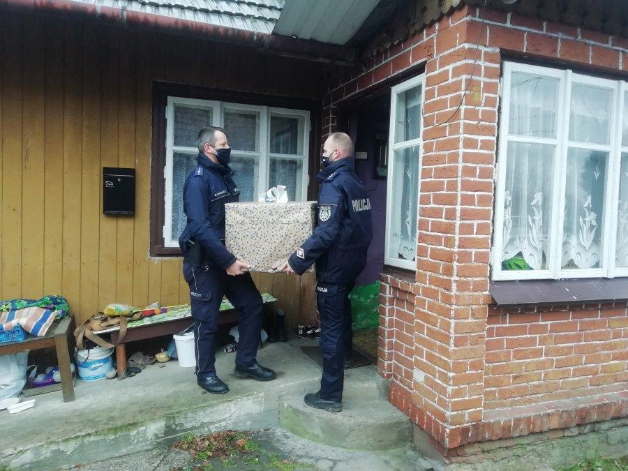 Policjanci i pracownicy brzozowskiej komendy pomogli potrzebującym rodzinom [FOTO] - Zdjęcie główne