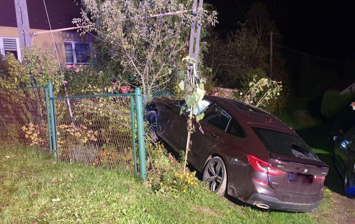 BAŻANÓWKA: Kompletnie pijany wypadł z drogi i zakończył jazdę na słupie energetycznym [FOTO+VIDEO] - Zdjęcie główne