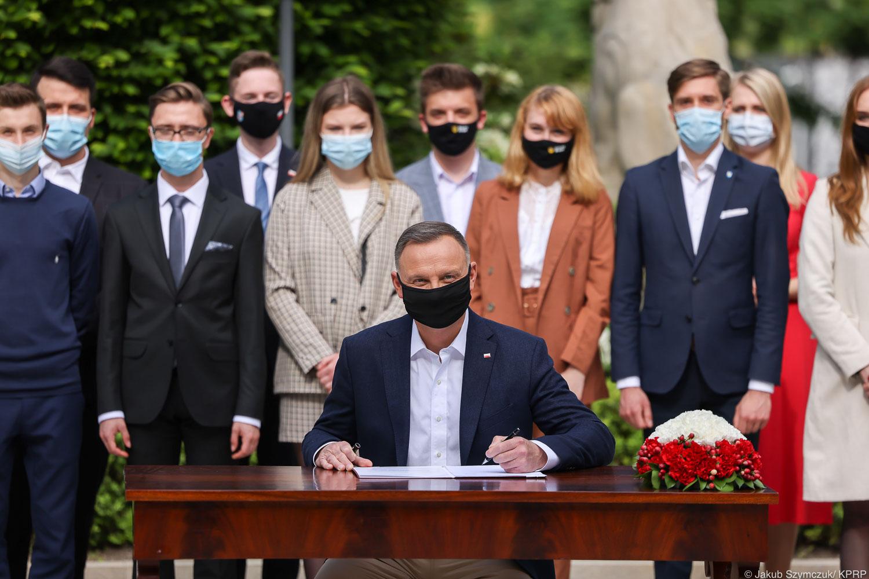 Uroczyste podpisanie ustawy w sprawie młodzieżowych rad gminy, powiatu i sejmiku województwa - Zdjęcie główne