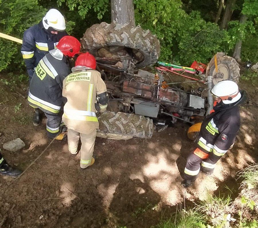 BRZOZÓW: Ciągnik przygniótł 68-latka. Mężczyzna przetransportowany śmigłowcem LPR do szpitala - Zdjęcie główne