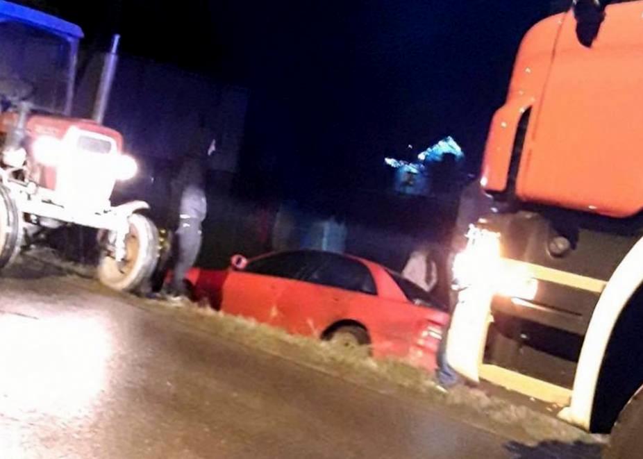 PRUSIEK: Kierowca stracił przytomność i zjechał z drogi [FOTO] - Zdjęcie główne