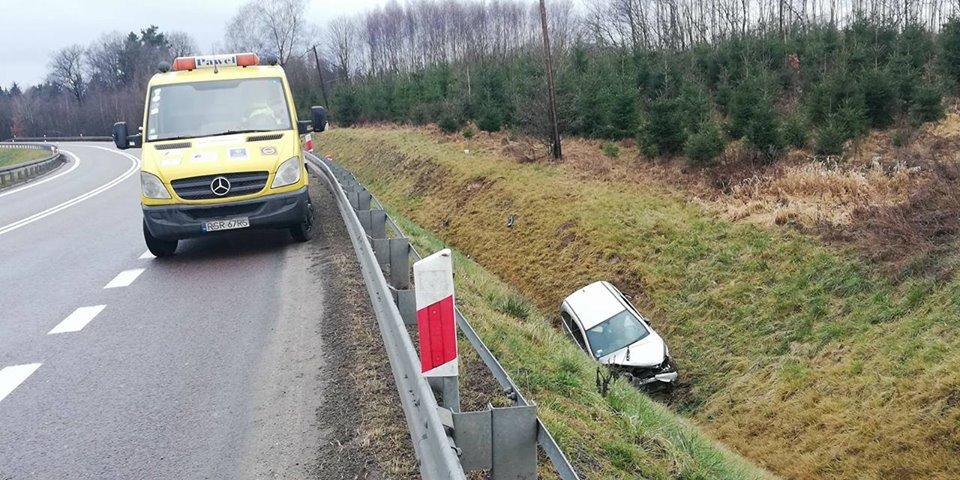 Jasienica Rosielna - Samochód wypadł z drogi - Zdjęcie główne