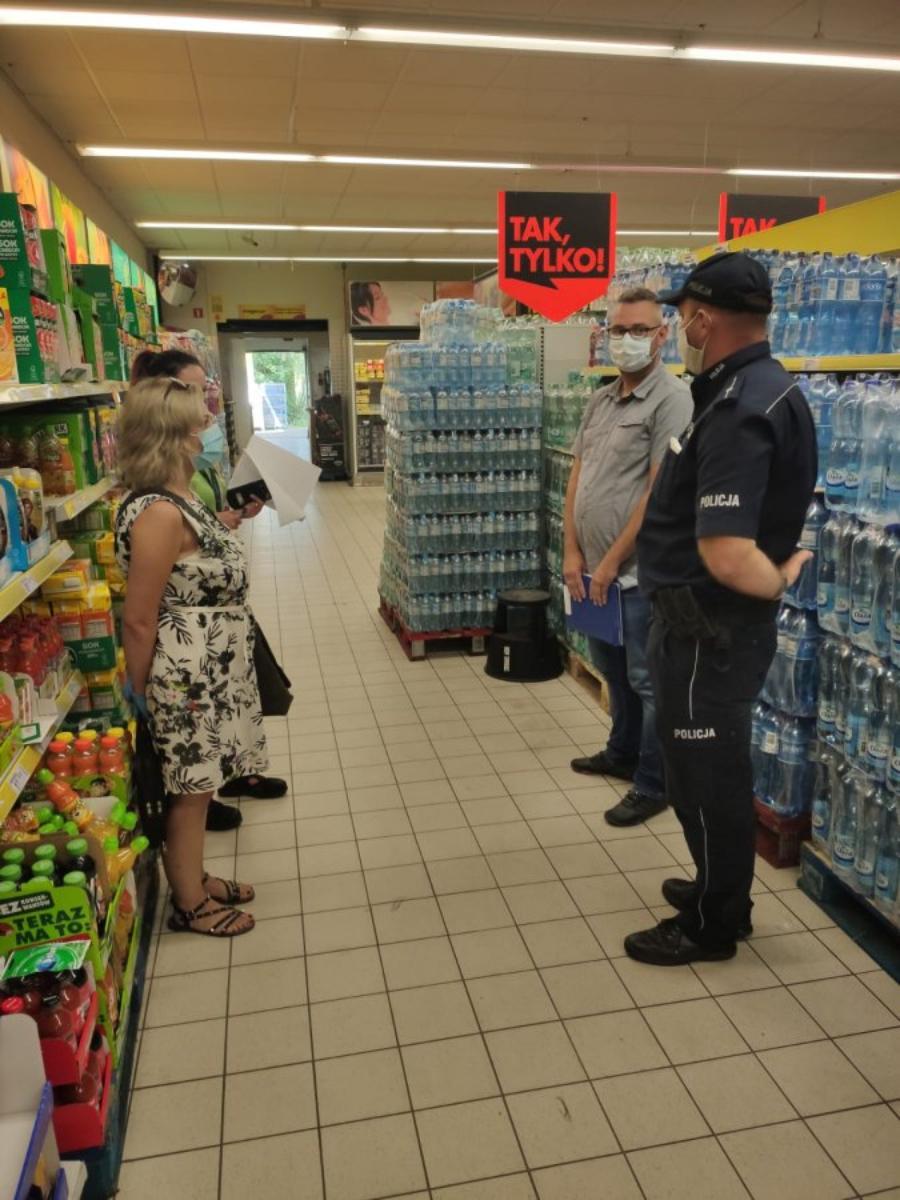 Policjanci i sanepid kontrolują przestrzeganie obostrzeń w związku z pandemią - Zdjęcie główne