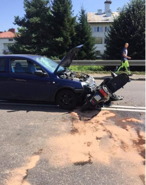 GRABOWNICA STARZEŃSKA: Motorowerzysta wjechał bezpośrednio przed jadący pojazd [ZDJĘCIA] - Zdjęcie główne