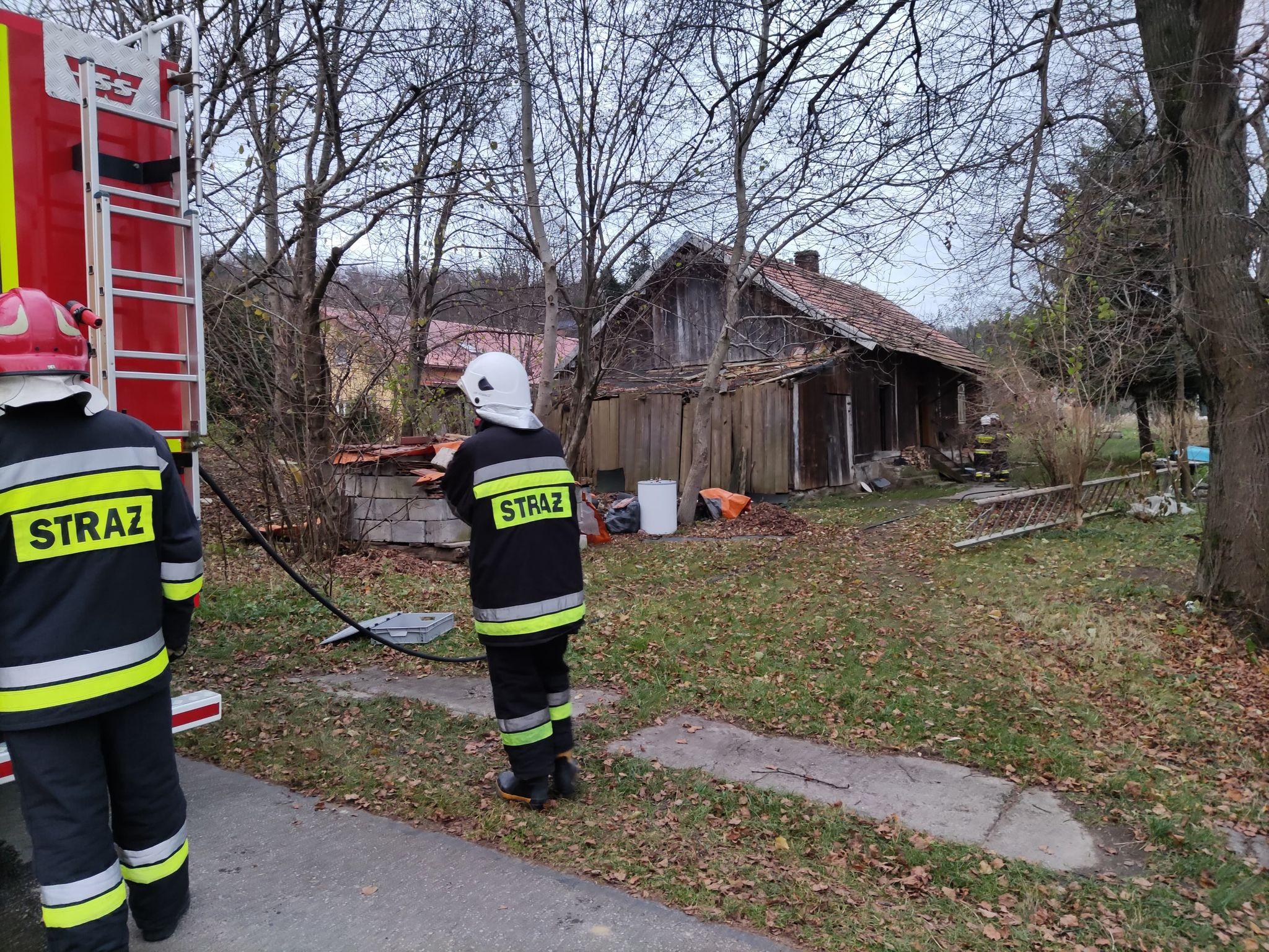 BYKOWCE: Pożar sadzy w kominie w drewnianym domu [FOTO+VIDEO] - Zdjęcie główne