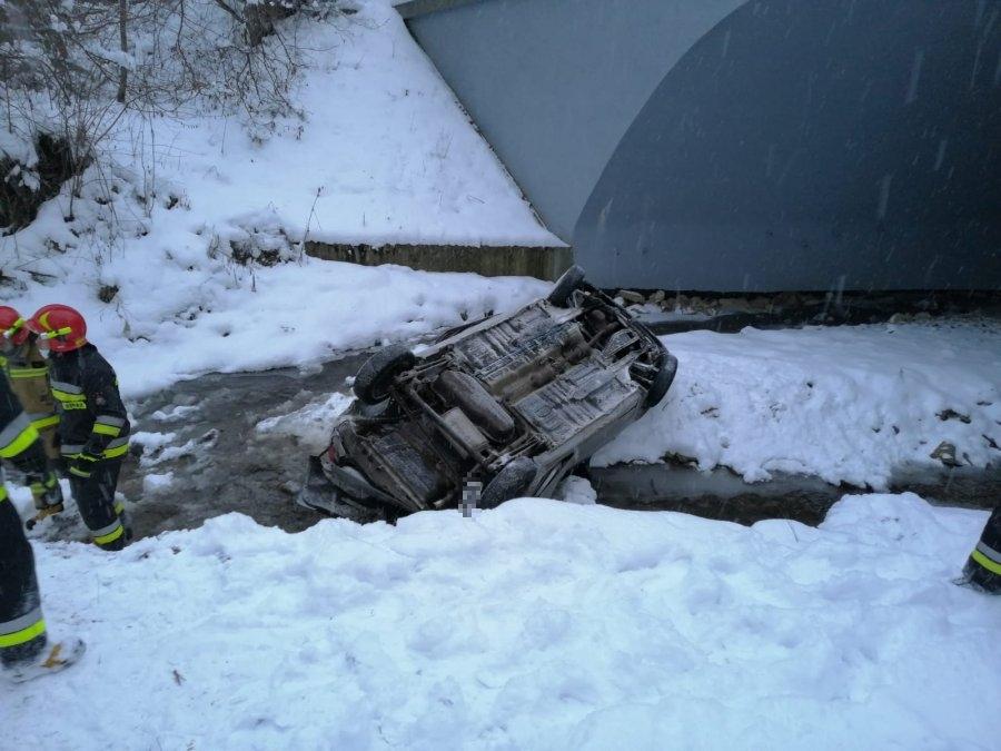 Samochód spadł z mostu do rzeki. Kierująca mogła utonąć [AKTUALIZACJA] - Zdjęcie główne