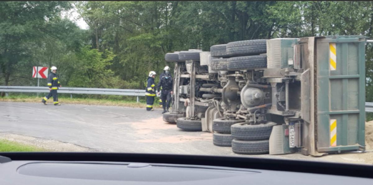 UWAGA! Ciężarówka przewróciła się na małej pętli bieszczadzkiej - Zdjęcie główne