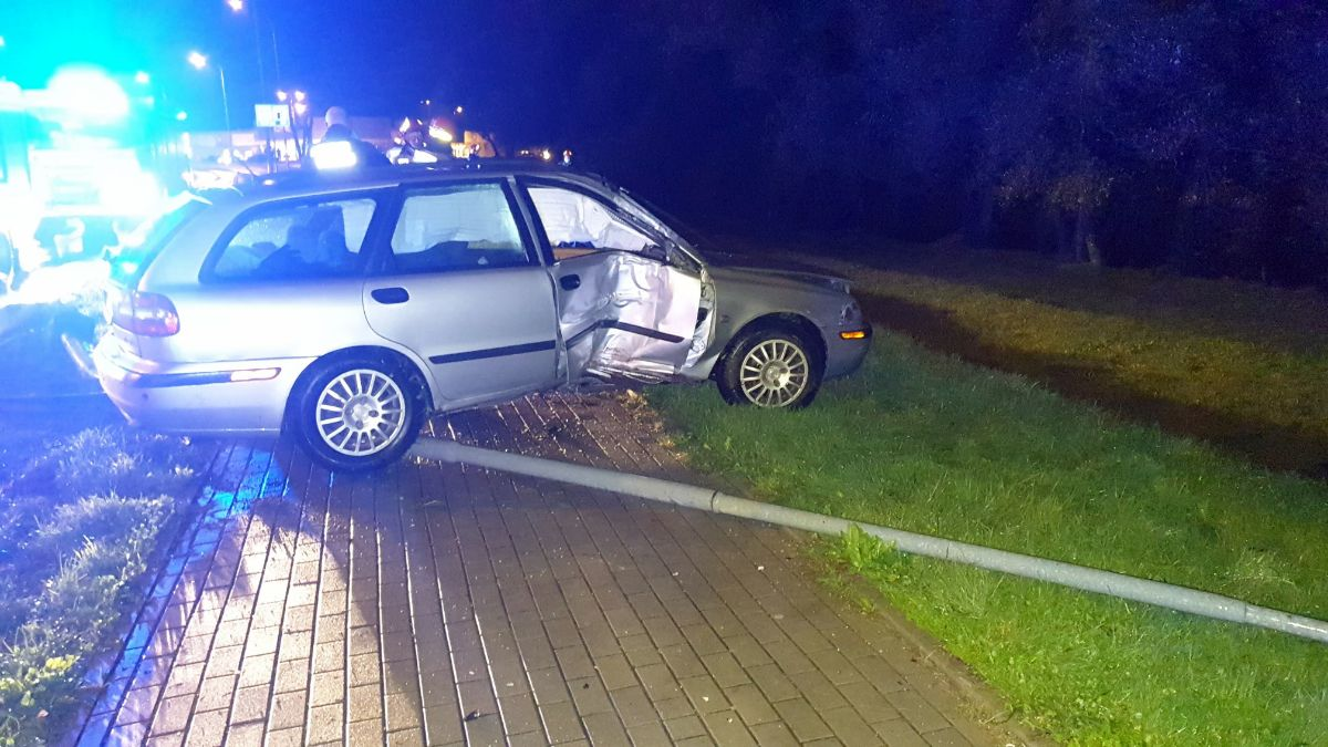 SANOK: Wypadł na łuku drogi i uderzył w latarnię [FOTO+VIDEO] - Zdjęcie główne