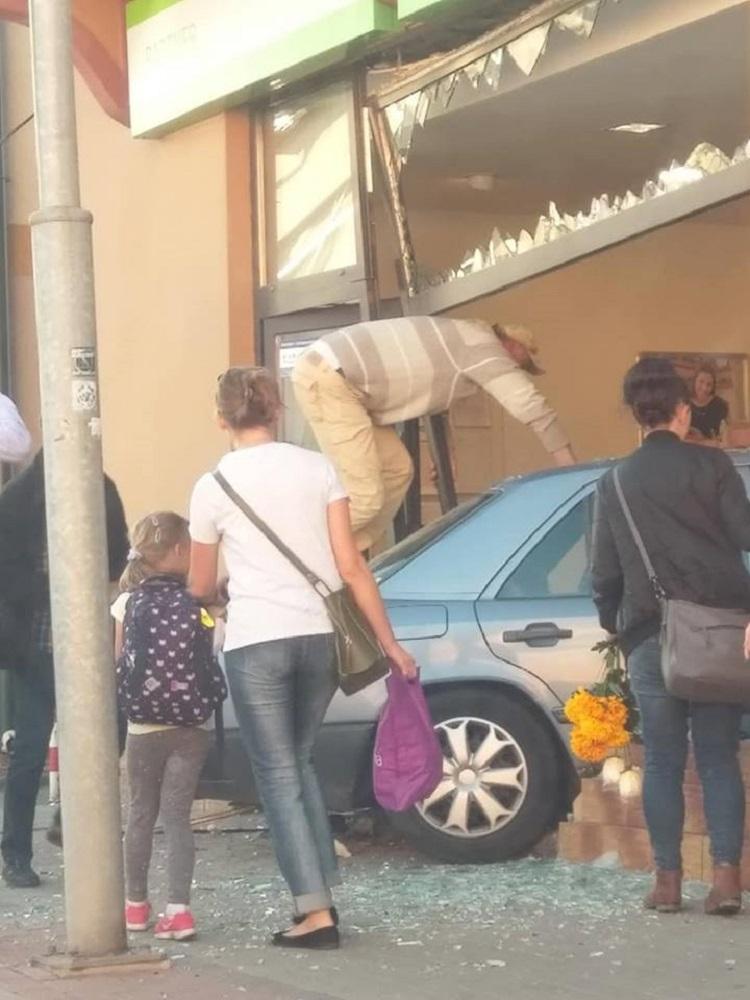 Osobówka wbiła się w bank. Trzy osoby w szpitalu [ZDJĘCIA] - Zdjęcie główne