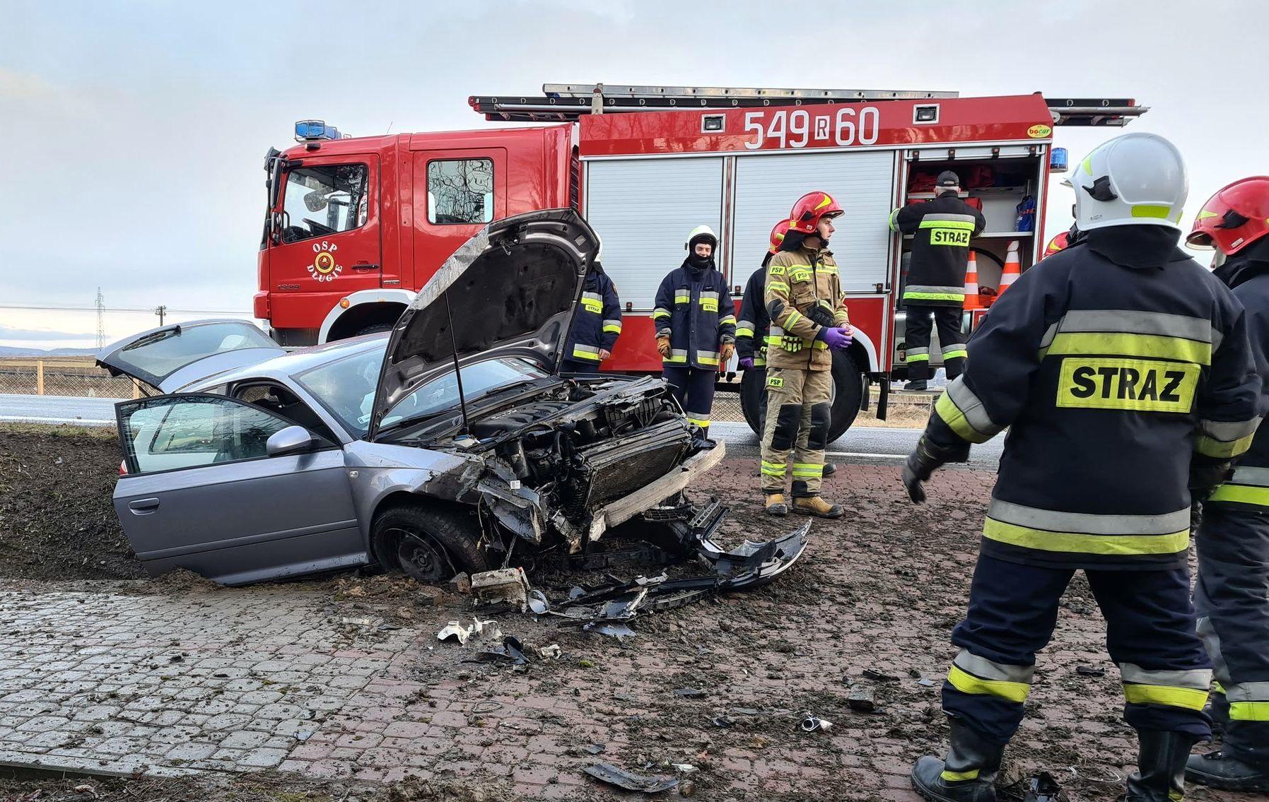 DŁUGIE: Samochód osobowy uderzył w betonowy przepust [FOTO+VIDEO] - Zdjęcie główne