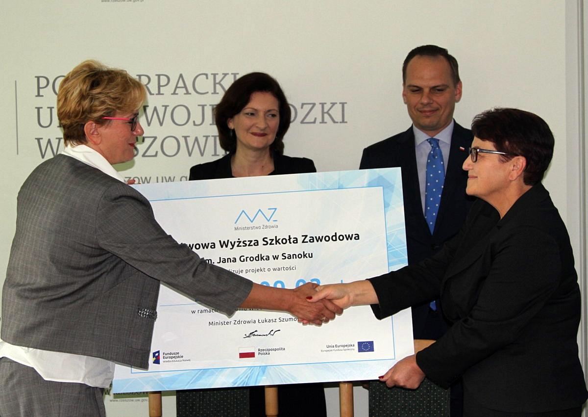Prawie milion złotych dla pielęgniarek z PWSZ w Sanoku - Zdjęcie główne