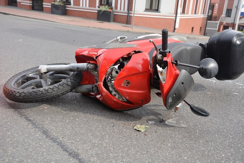 Jedlicze. Kolizja osobówki i motoroweru. Jedna osoba w szpitalu [FOTO] - Zdjęcie główne