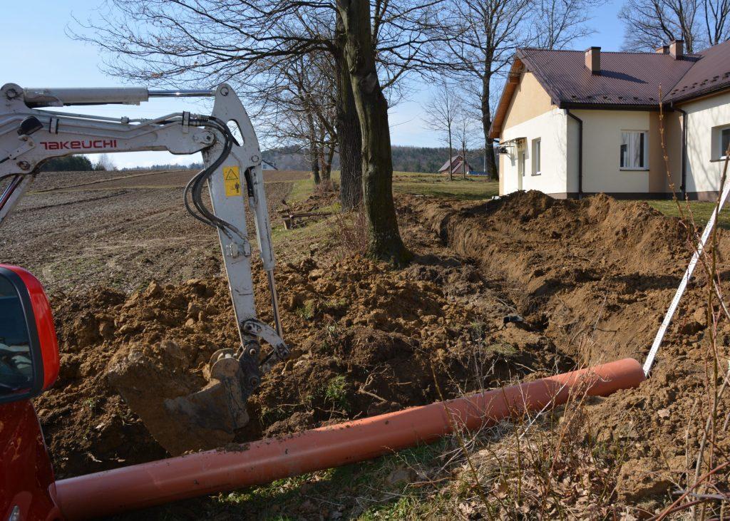W maju pierwsze podłączenia budynków do sieci kanalizacji w miejscowościach Hłomcza, Dobra, Łodzina [ZDJĘCIA] - Zdjęcie główne