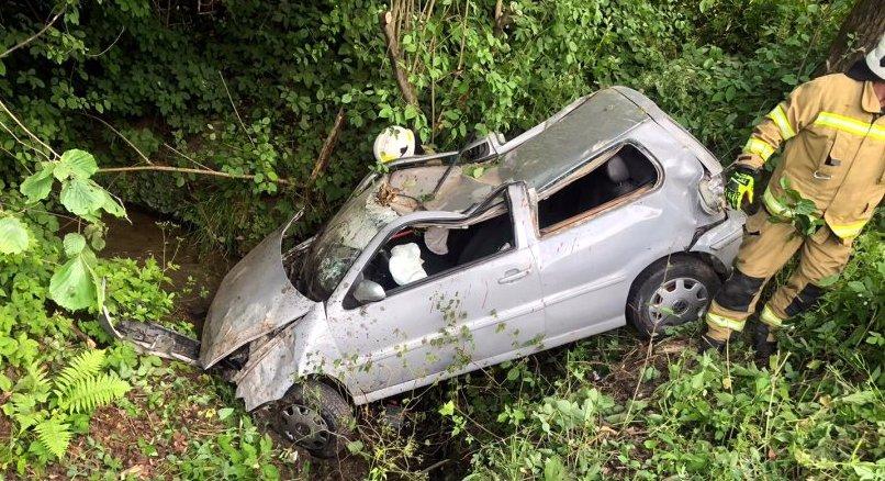 ZAGÓRZ: 19-latek stracił panowanie nad pojazdem, wjechał do rowu i uderzył drzewo [ZDJĘCIA] - Zdjęcie główne