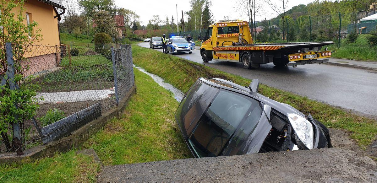 ZAHUTYŃ: 66-latka straciła panowanie nad pojazdem i uderzyła w betonowy przepust [FOTO] - Zdjęcie główne