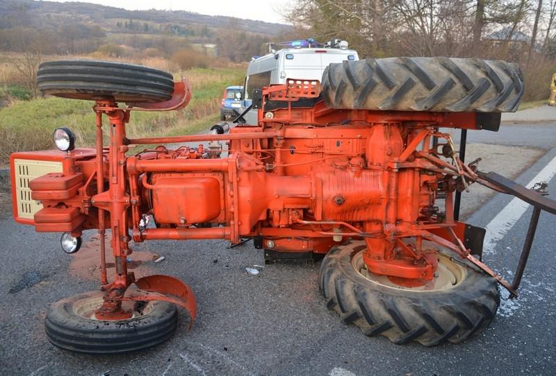Zderzenie osobówki z ciągnikiem rolniczym [ZDJĘCIA] - Zdjęcie główne