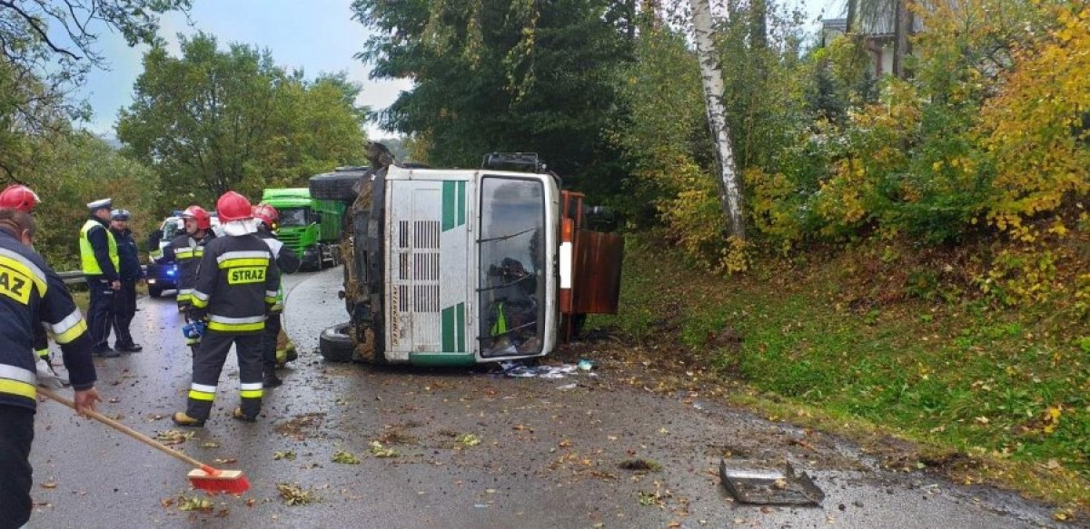 Ciężarówka przewróciła się na jezdnię! [FOTO] - Zdjęcie główne