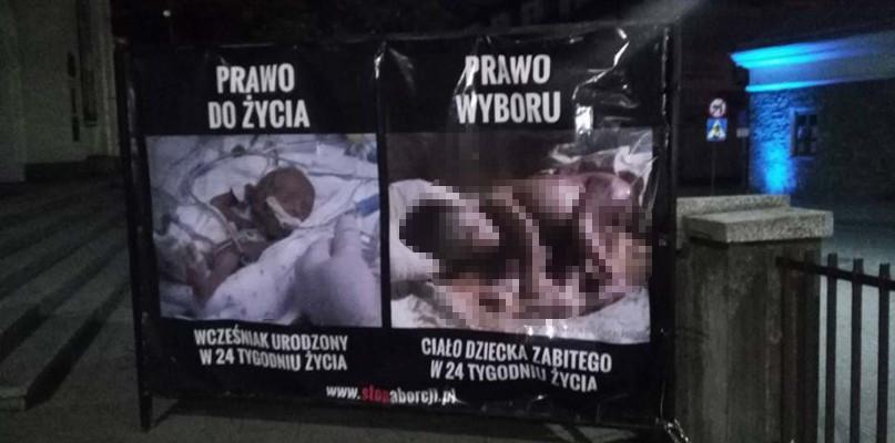 """Inicjator """"wystawy"""" antyaborcyjnej w Sanoku winny zgorszenia w miejscu publicznym! - Zdjęcie główne"""