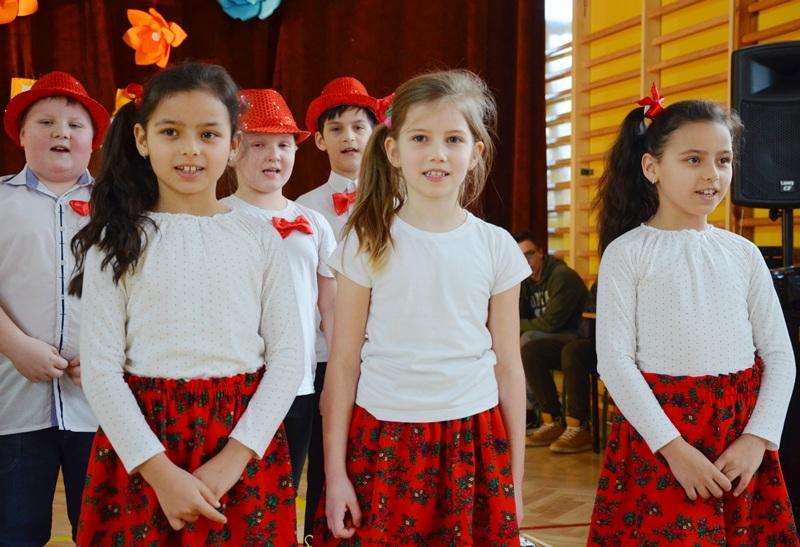 Dzień Babci i Dziadka w Szkole Podstawowej w Długiem. Klasa II przygotowała występy z okazji tego wyjątkowego święta [ZDJĘCIA] - Zdjęcie główne