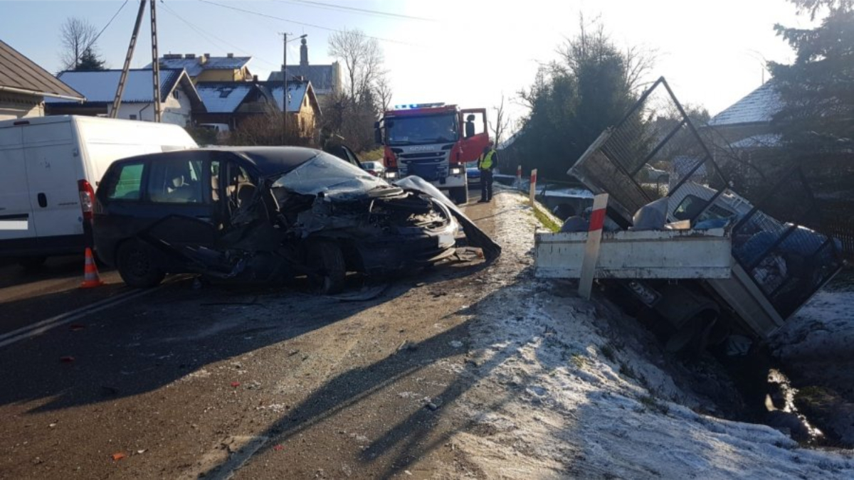 Zderzenie samochodów w Pakoszówce. Poszkodowane 8 miesięczne dziecko [FOTO] - Zdjęcie główne