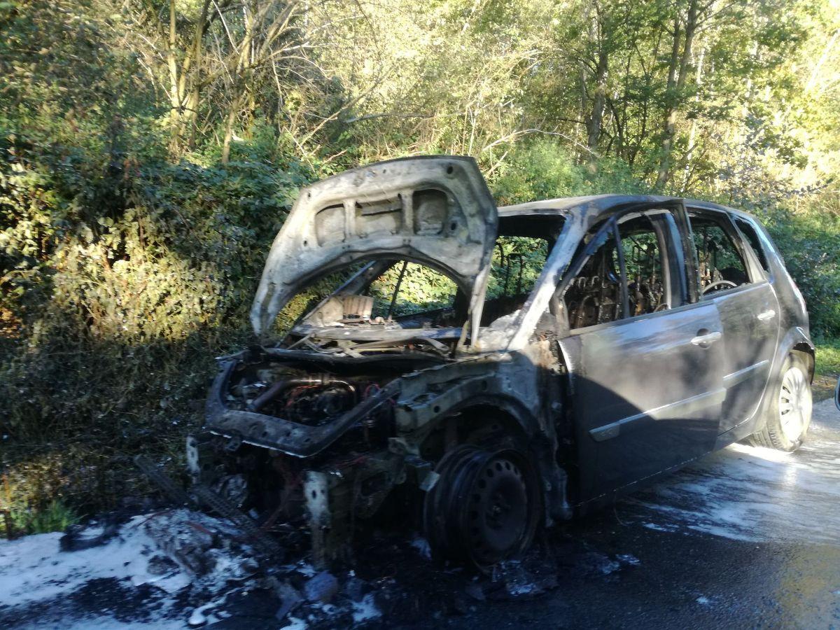 Z OSTATNIEJ CHWILI: Pożar samochodu w Bezmiechowej [FOTO+VIDEO] - Zdjęcie główne