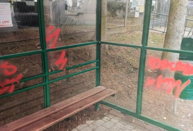 66-latka zniszczyła dwa przystanki autobusowe! [ZDJĘCIA] - Zdjęcie główne