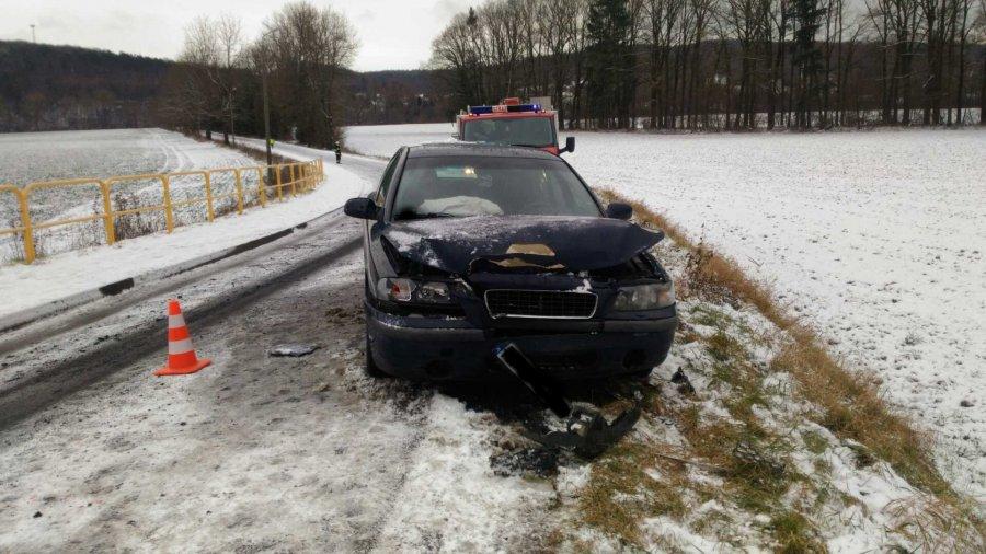 Kierowca Audi ranny w wyniku czołowego zderzenia [FOTO] - Zdjęcie główne